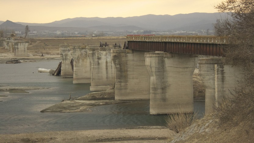 På kanten af den ødelagte bro