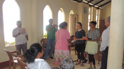 Tre veninder fra Danmark uddeler bibler i ferien i Sri Lanka