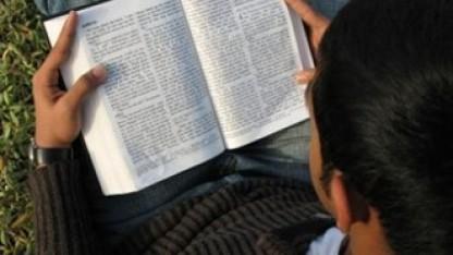 Hvorfor oversætte Bibelen til menneskers modersmål? لماذا يجب أن يُترجَم الكتاب المقدس للغات جميع الشعوب ؟