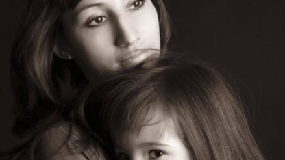 """Mor til syvårig datter: """"Lad os sammen begå selvmord i nat"""" – men datteren ringede efter hjælp"""