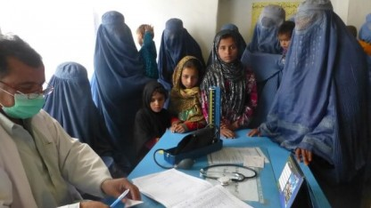 Afghanske Bina mistede sin mand i et bombeangreb – og havde derfor ikke råd til sine børns lægebehandling