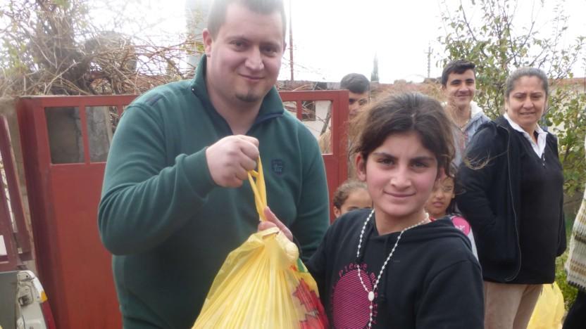 En ung irakisk nødhjælpsarbejder bag facaden