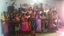 Tre veninder fra Danmark deler bibler ud på Sri Lanka