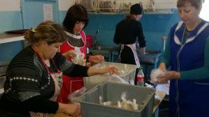 06a Frivillige tilbereder maden til børnene og deres familier