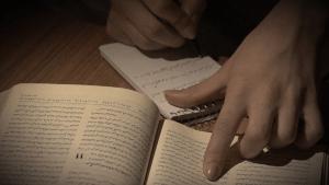 Johannesevangeliet skrives af i hånden