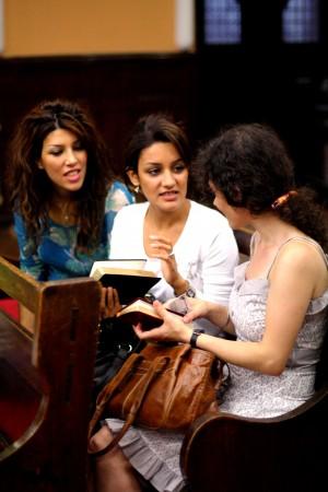 Side 10 Iranske kvinder læser i Bibelen
