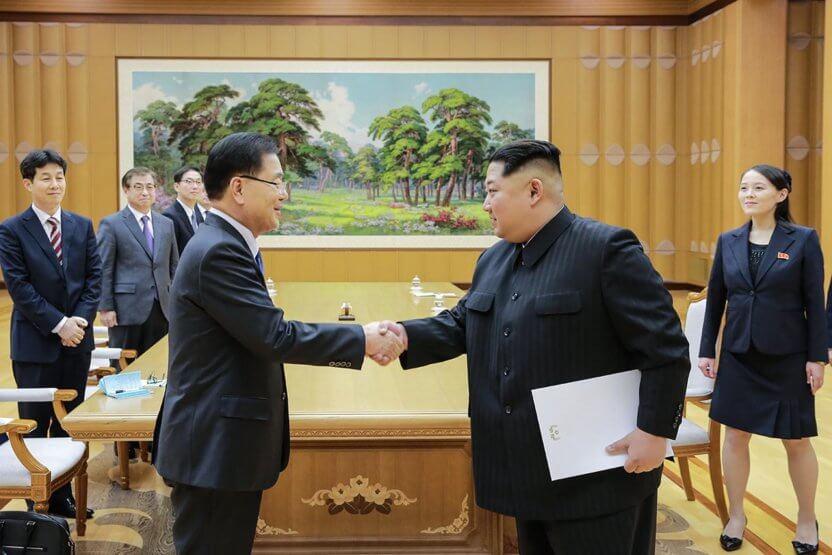Kim Jong-Un giver hånd